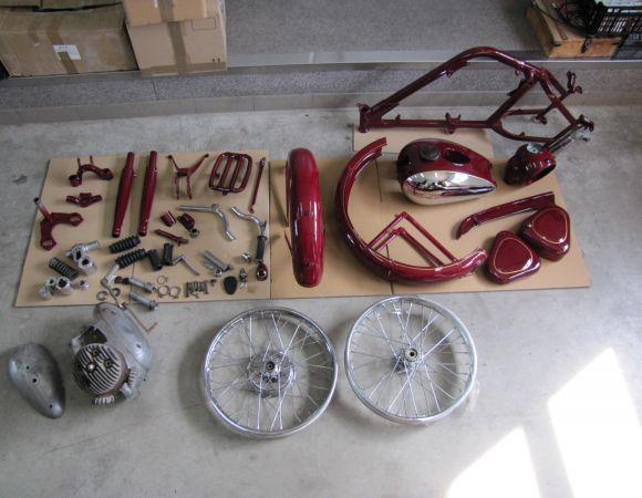 Motocykel Jawa Pérák 250 v rozobratom stave